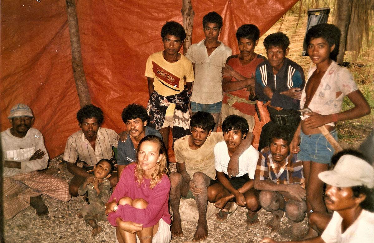 Petra Graves dan karyawan pertama di Nihiwatu (1989) | Foto: Sumbafoundation.org