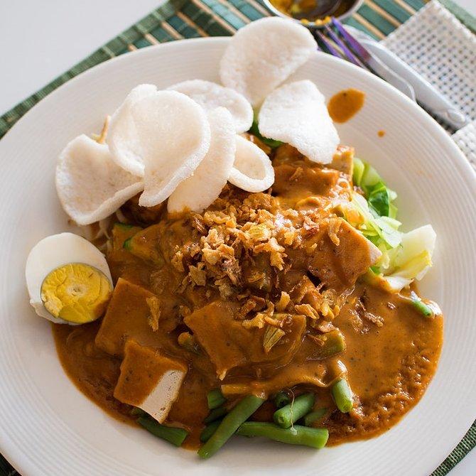 makan tambah nikmat dengan kerupuk | merdeka.com