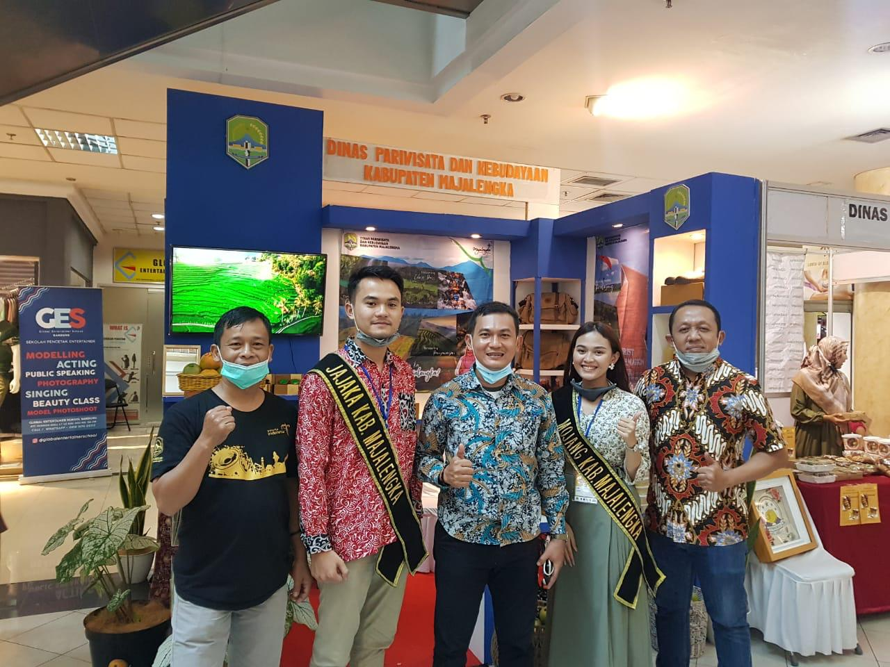 Tim Dinas Pariwisata Kabupaten Majalengka beserta Duta Parisiwisata Kabupaten Majalengka, saat menghadiri Biattex 2020 di BTC mal, Kota Bandung (04/12/2020).