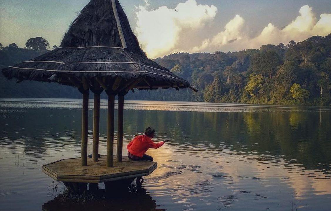Seseorang tengah menikmati sejuknya area Situ Sangiang © Info Wisata