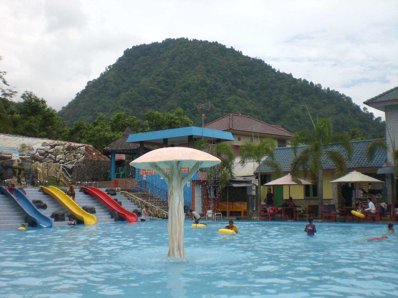 Area kolam renang Tirta Indah © Triptrus.id