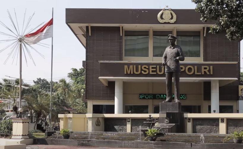 Patung Soekanto di depan Museum Polri.