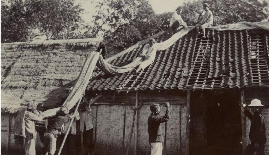 """Perbaikan rumah melalui pengendalian hama di Malang. Foto: dokumen Syefri Luwis, penulis buku """"Epidemi Penyakit Pes di Malang : 1911-1916"""""""