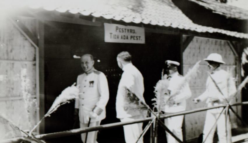 "Gubernur Jenderal D. Fock (kiri) di pusat pengendalian hama di Pasar Malam di Klaten. Foto: dokumen Syefri Luwis, penulis buku ""Epidemi Penyakit Pes di Malang : 1911-1916"""