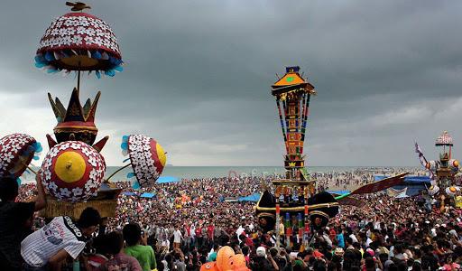 Perayaan puncak festival Tabuik di Pantai © Dinas Pariwisata dan Kebudayaan Kota Pariaman