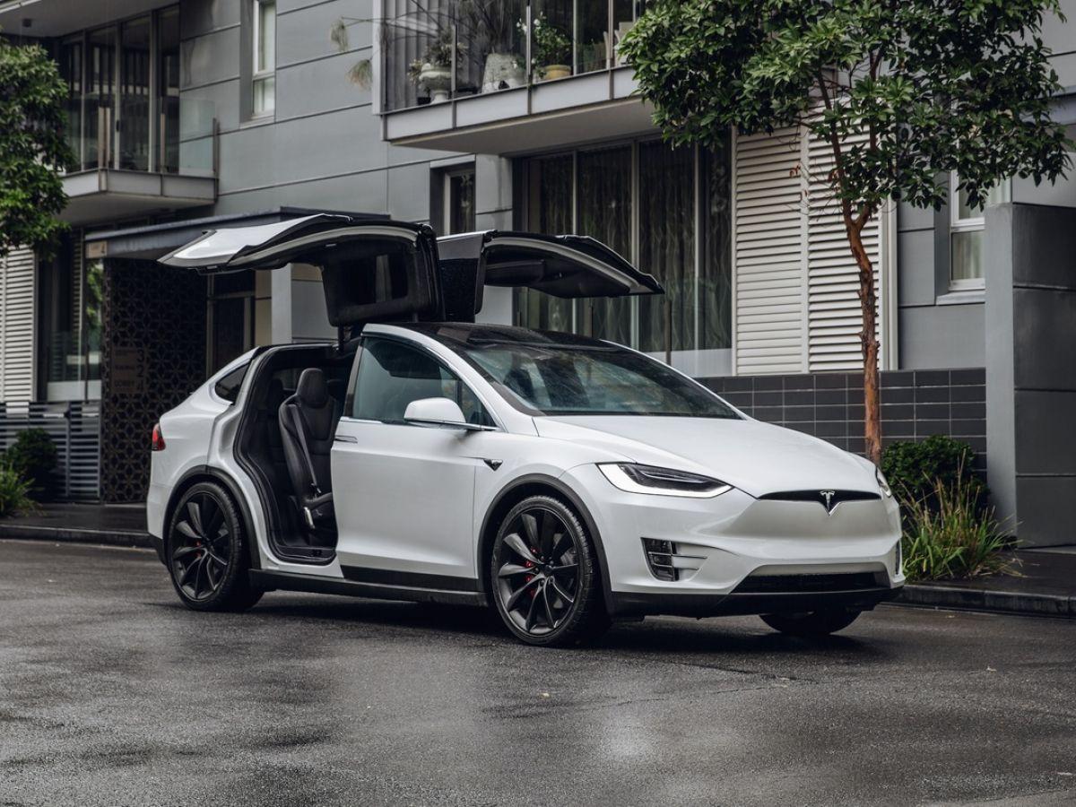 Salah satu varian mobil Tesla yang resmi dipasarkan di Indonesia, Tesla Model X © The Irish Time