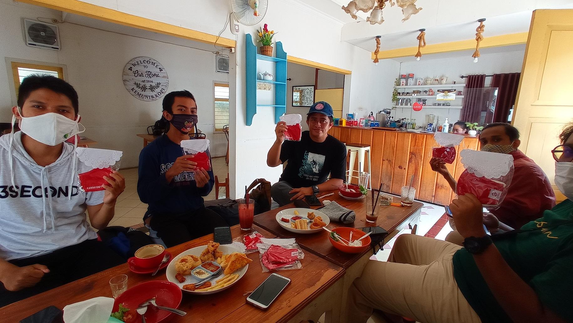 Tim Semangat Banyuwangi membagikan masker di cafe daerah Banyuwangi | Foto: Dokumentasi Semangat Banyuwangi