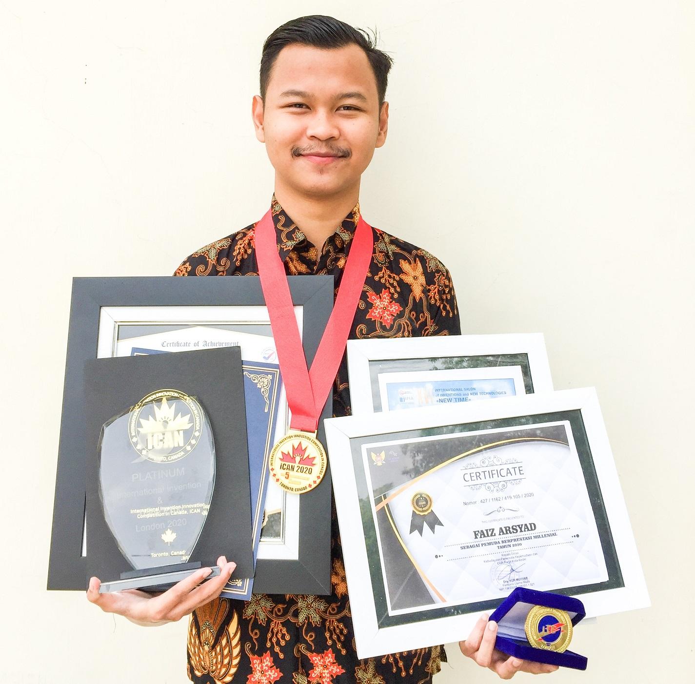 Faiz bersama piagam penghargaan hasil racikan kopi kulit mangga MASCO | Foto: Dokumentasi Pribadi