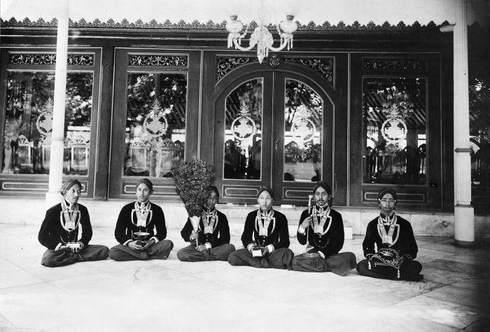 Masyarakat Jawa tempo dulu memakai blangkon © Wikimedia.org