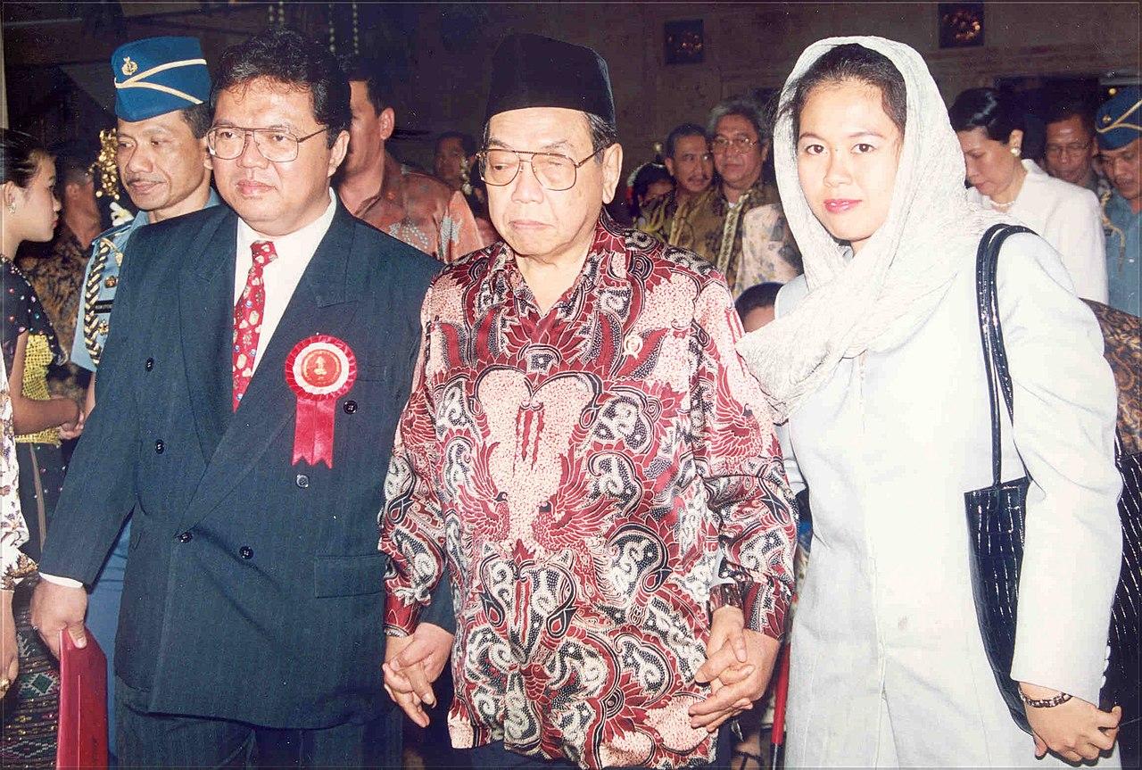 Budi S. Tanuwibowo bersama Presiden RI Ke 4, KH Abdurrahman Wahid saat Perayaan Tahun Baru Imlek 2551 Nasional, Tahun 2000.