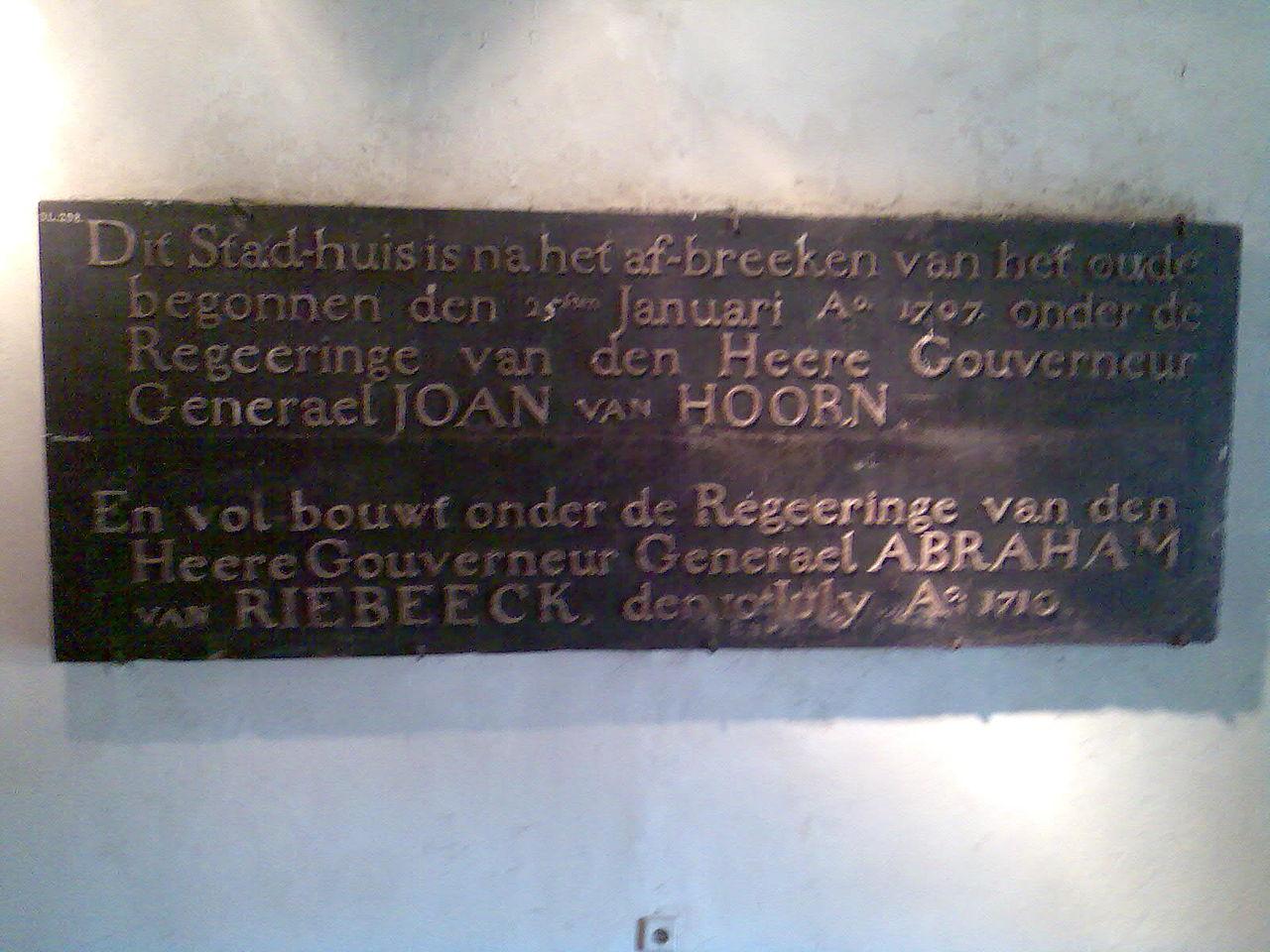 Balai Kota ini mulai dibangun sesudah gedung yang lama dibongkar, yakni pada tanggal 25 Januari 1707 di bawah pemerintahan Tuan Gubernur Jenderal Joan van Hoorn. Pembangunan diselesaikan di bawah pemerintahan Tuan Gubernur Jenderal Abraham Van Riebeeck pada tanggal 10 Juli 1710