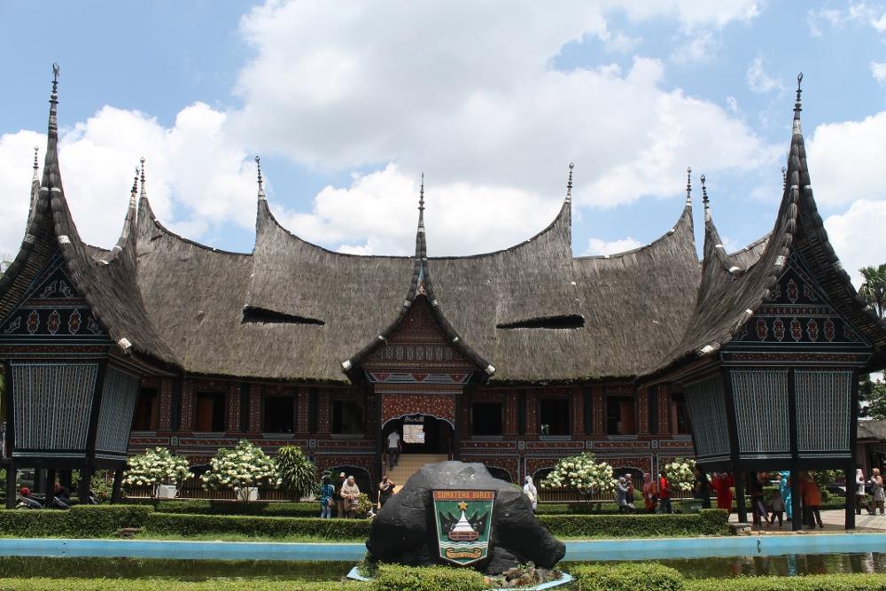 miniatur rumah gadang di TMiI   foto: indonesiakaya.com