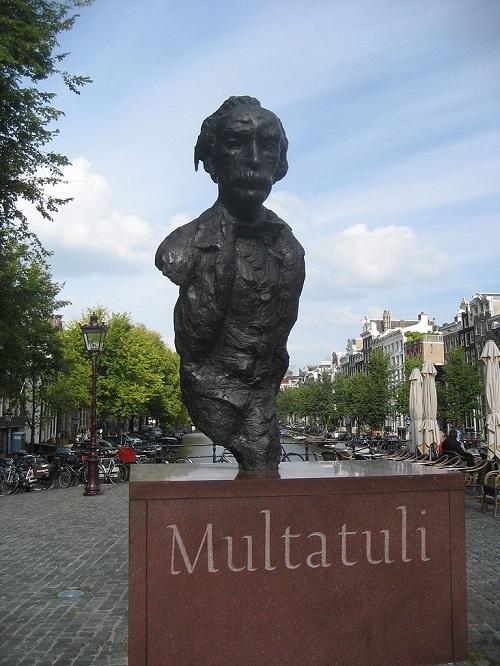 Patung Multatuli karya Hans Bayens yang berdiri di Kota Amsterdam