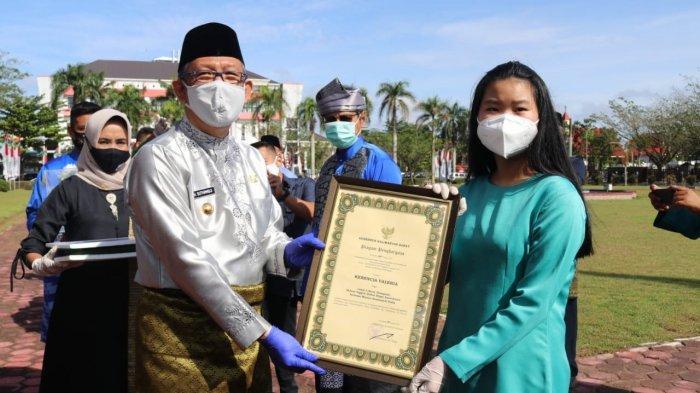 Penyerahan Piagam Penghargaan dari Pemerintah | Foto: Tribun Pontianak