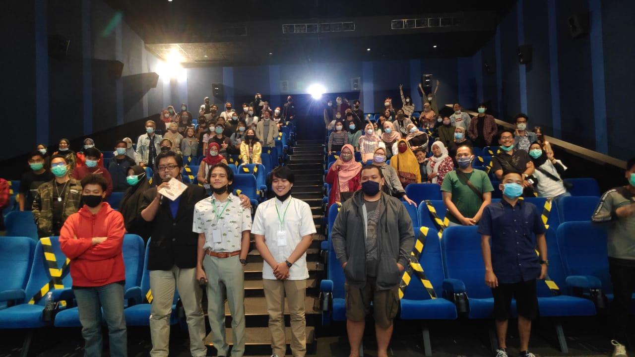 Sutradara dan Editor Rumah Aya berfoto bersama pembawa acara dan penonton