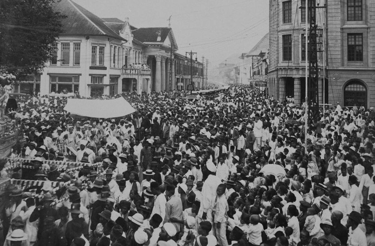 Ribuan orang memadati jalan di Kota Medan ketika prosesi pemakaman Tjong A Fie tengah berlangsung.