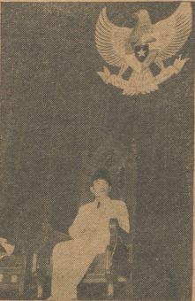 Sukarno duduk di bawah lambang negara Pancasila dalam sidang parlemen RIS.