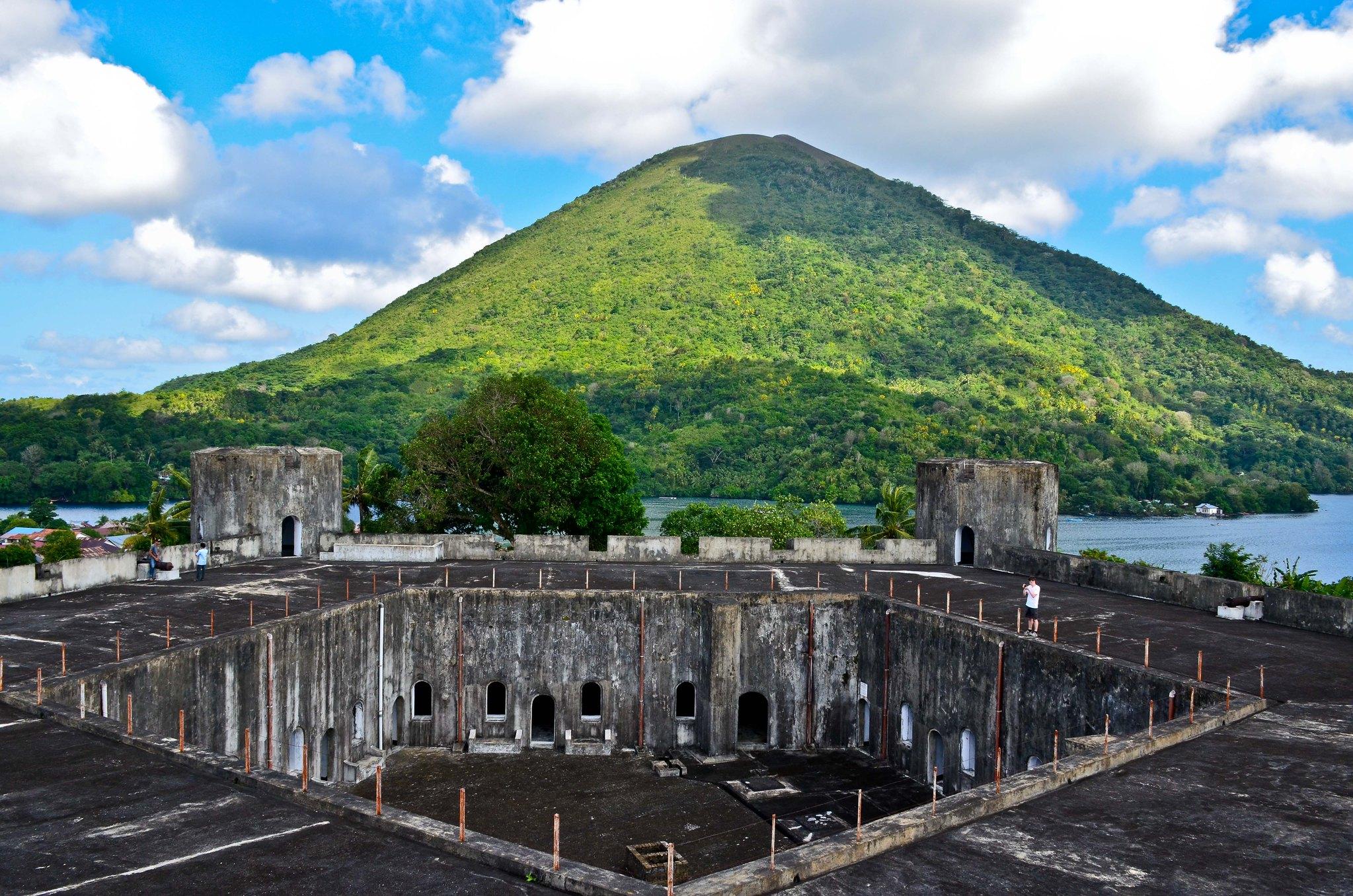 Benteng Belgica dan Gunung Api Ganapus, Kepulauan Banda, Kabupaten Maluku Tengah | Foto: De Wet Moolman dari flickr