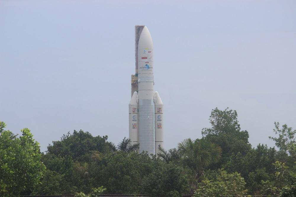 Roket Ariane 5 ECA VA-235 sebelum peluncuran.