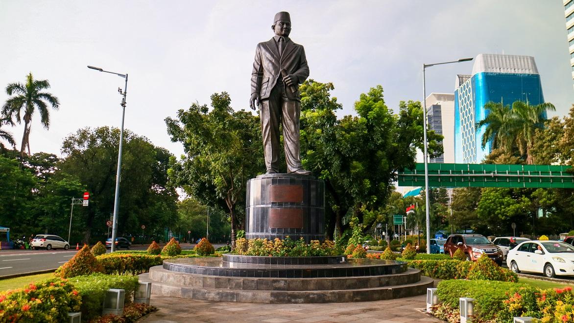 Patung M.H. Thamrin di simpang Jalan Merdeka dan Jalan M.H. Thamrin, Jakarta Pusat.