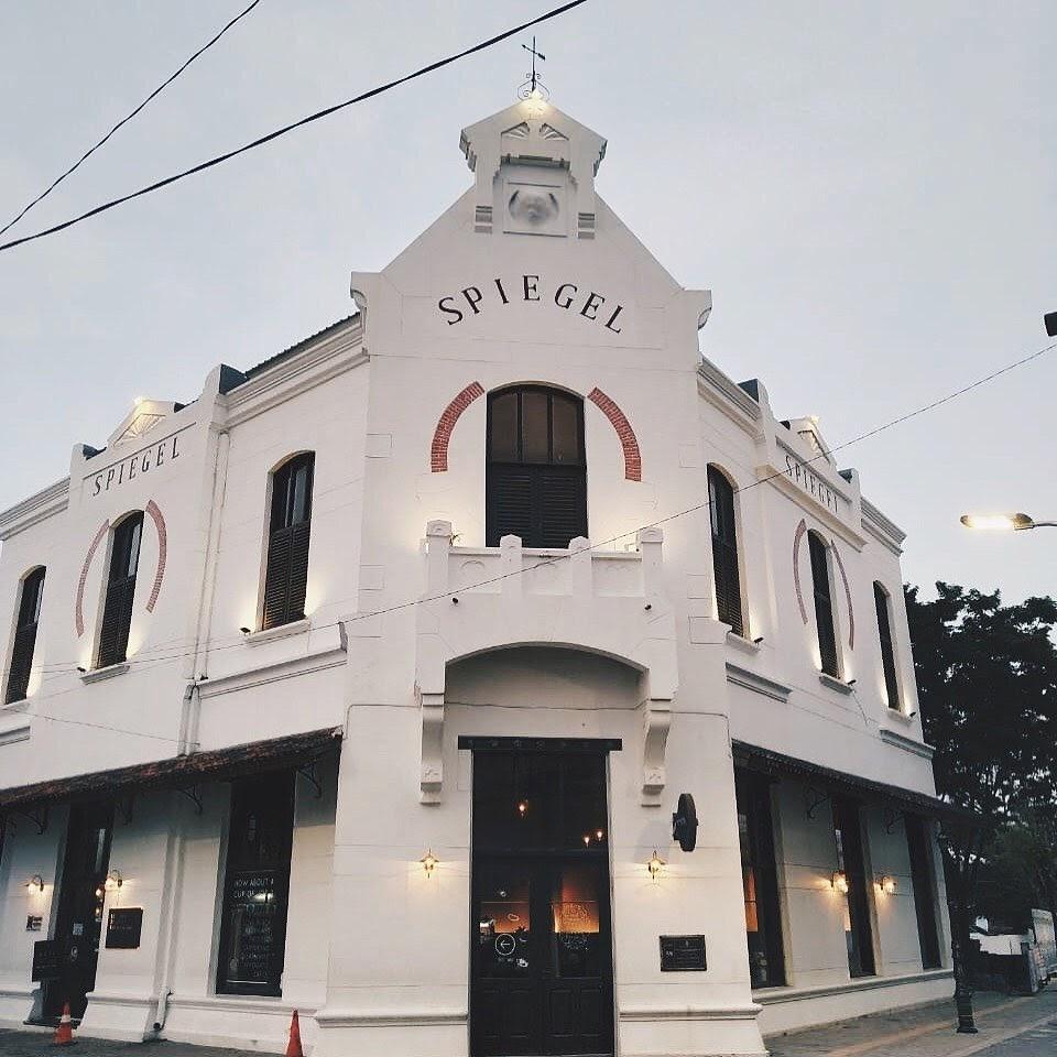 Spiegel Bar and Bistro awalnya merupakan sebuah gedung tua terbengkalai yang kemudian bertransformasi menjadi sebuah kafe dengan arsitektur klasik