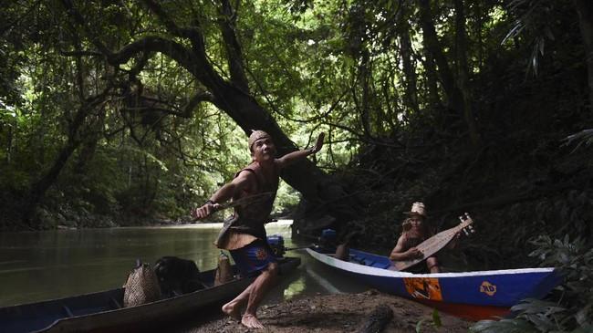 https://www.cnnindonesia.com/hiburan/20170711211806-243-227203/foto-perburuan-warga-dayak-berpayung-hutan-adat