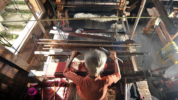 Proses pembuatan tenun songket Silungkang dari Alat Tenun Bukan Mesin (ATBM). Sumber: Tempo.co