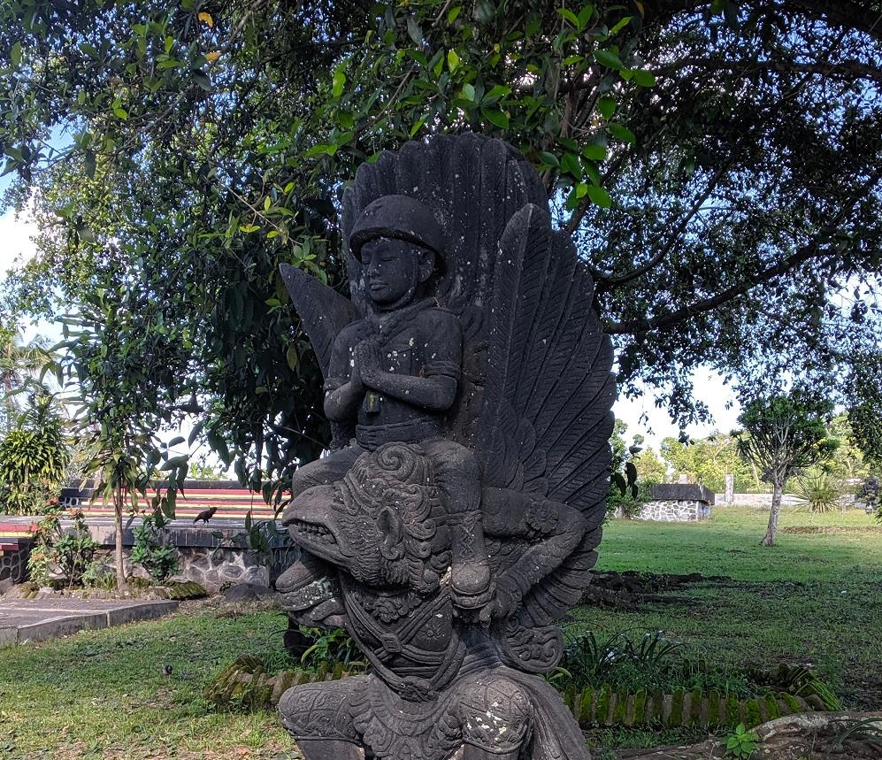 Patung taruna Indonesia menunggangi burung garuda.