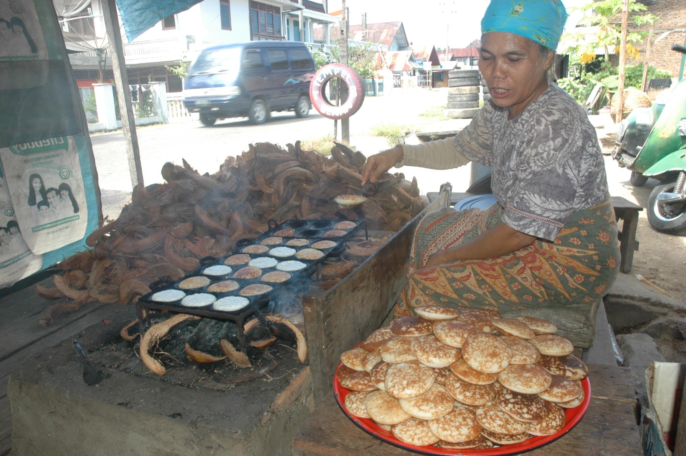 Penjual sedang membuat pinukuik | Foto: Reservasiku