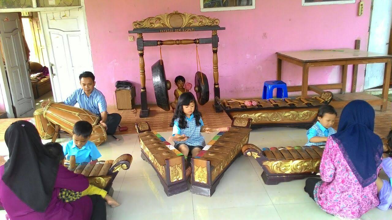 Belajar dan berlatih bersama akan membuat anak saling termotivasi