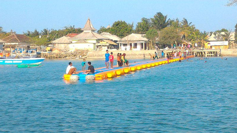 Orang-orang Bawean di atas dermaga