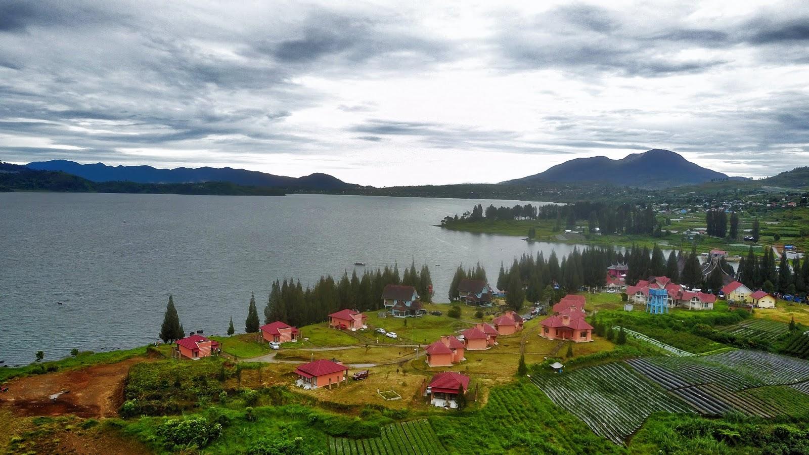 Danau dan hamparan kebun teh Alahan Panjang | Foto: Udaindra Blog