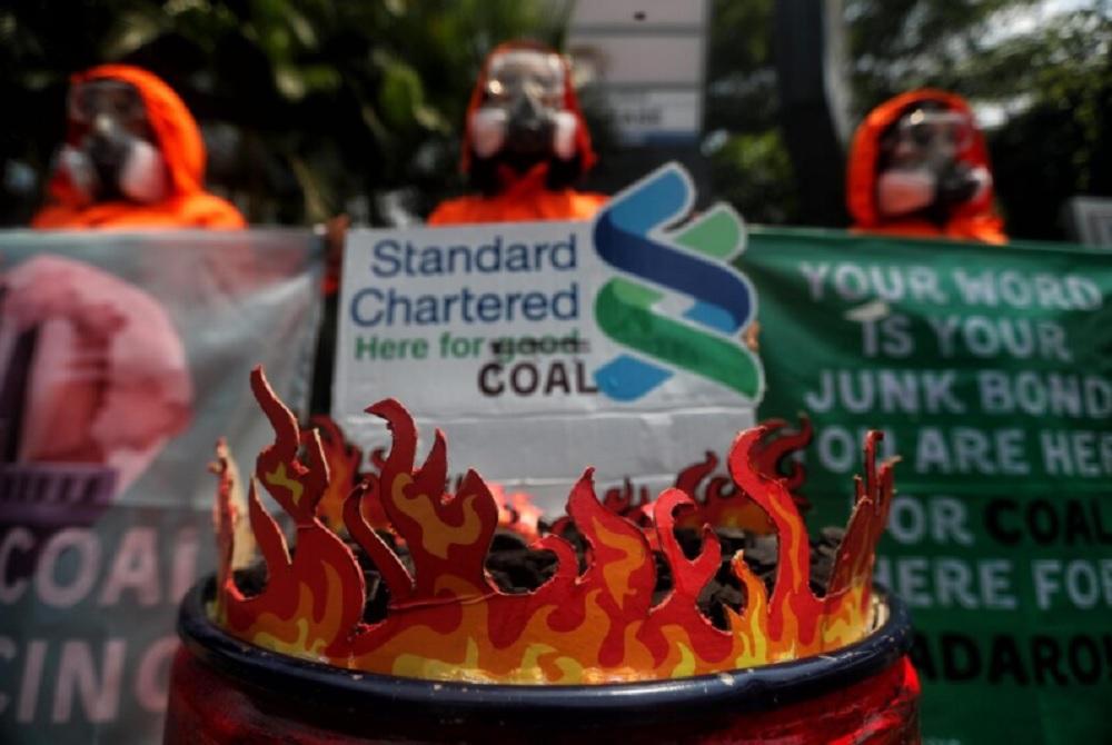 Komunitas Jaga Rimba dan Walhi Jakarta gelar aksi di depan kantor Standard Chartered Bank di Jakarta