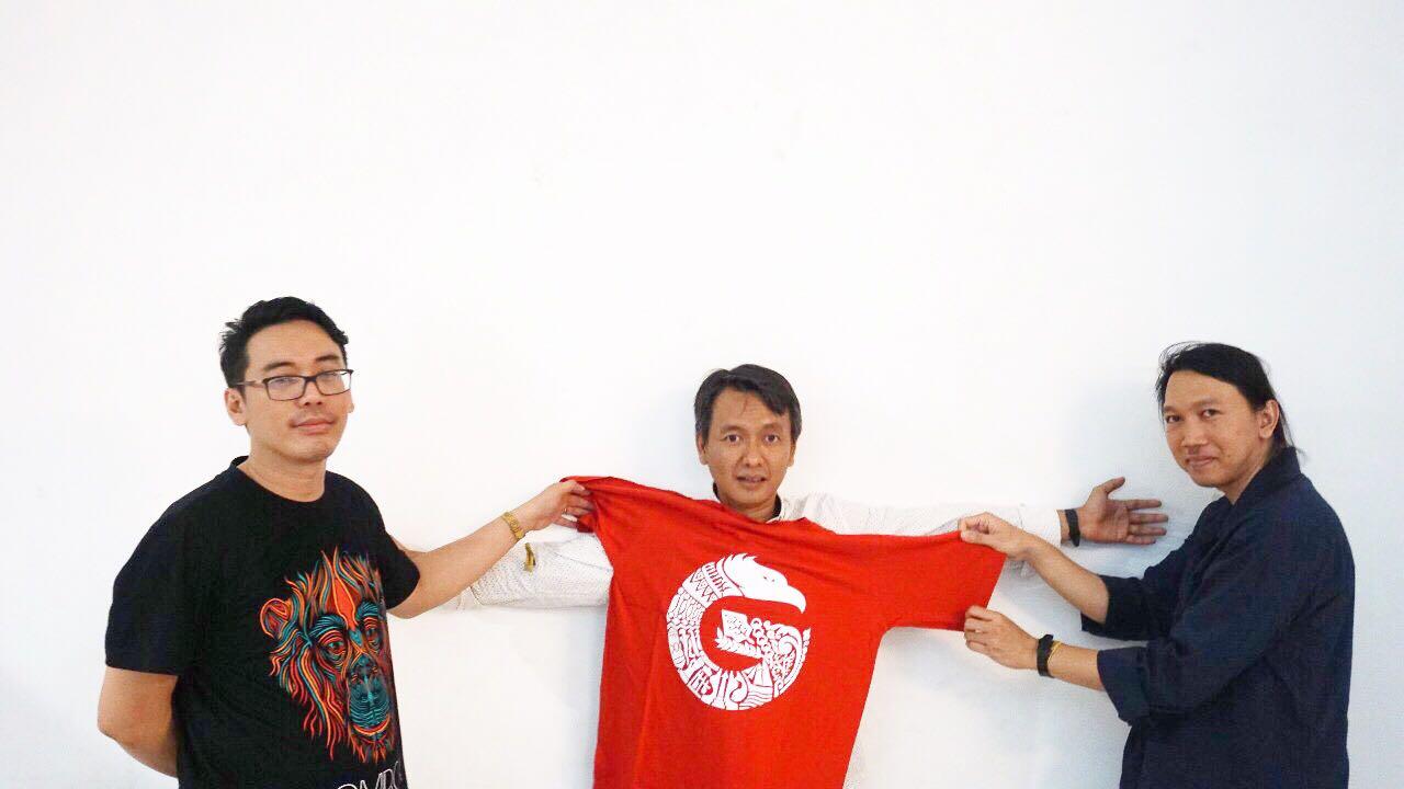 Efek Rumah Kaca bersama dengan t-shirt Im Good (Merchandise GNFI) | Foto: GNFI