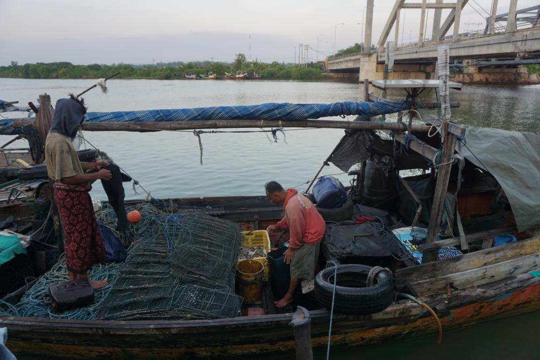 Para Nelayan Memasang Panel Surya| Foto: Mongabay
