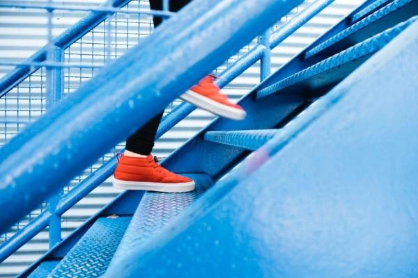 Naik turun tangga | Foto: IDN Times