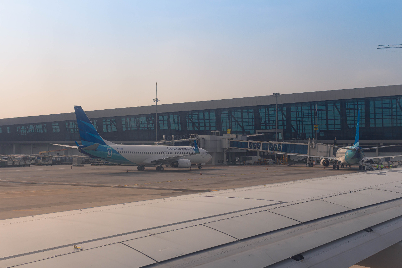 Sebagai pintu gerbang utama Indonesia, bandara Soetta dilengkapi dengan runeway sepanjang 3.660 meter. © Aluxuxian/Shutterstock