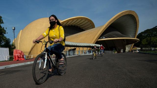 Pengunjung bersepeda di Taman Mini
