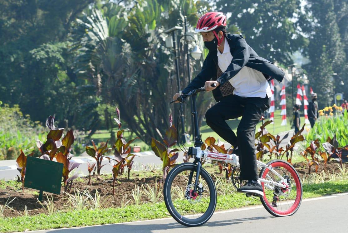 Presiden Joko Widodo bersepeda di Kebun Raya Bogor