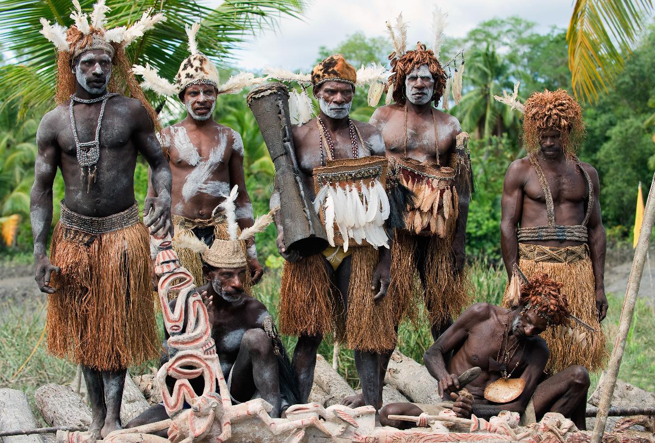 Beberapa orang Suku Asmat dan wow-ipits atau para pemahat dari Suku Asmat © Sergey Udinov/Shutterstock