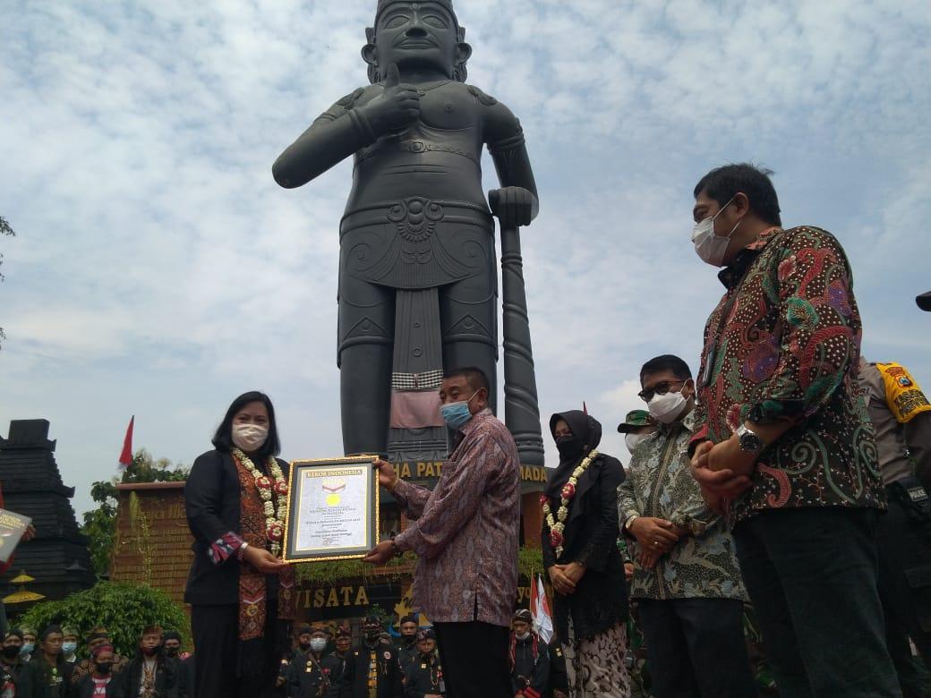 foto peresmian dan pemberian penghargaan REKOR MURI sebagai patung Gajah Mada tertinggi di Indonesia