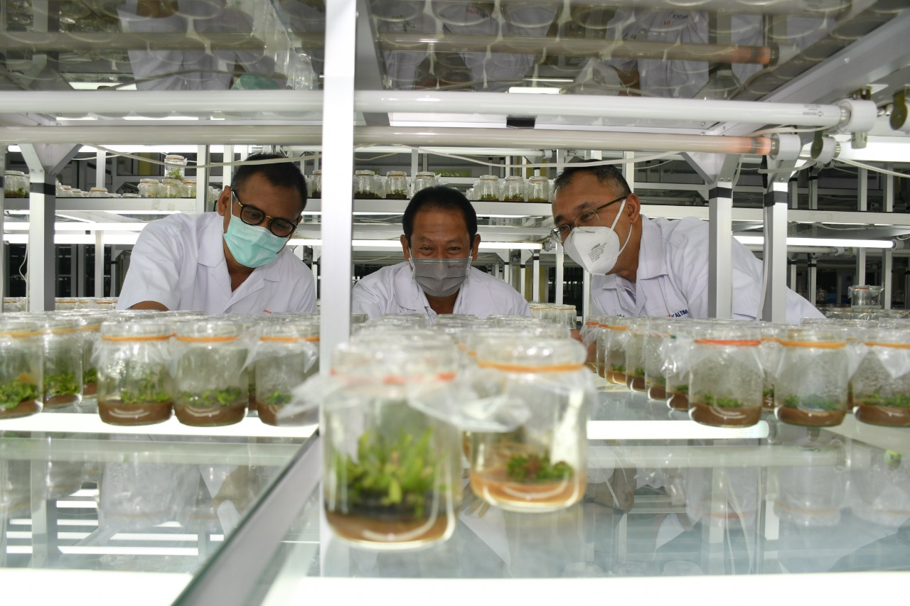 Direktur Utama PKT Rahmad Pribadi (kiri) tengah meninjau inisiatif lingkungan hidup