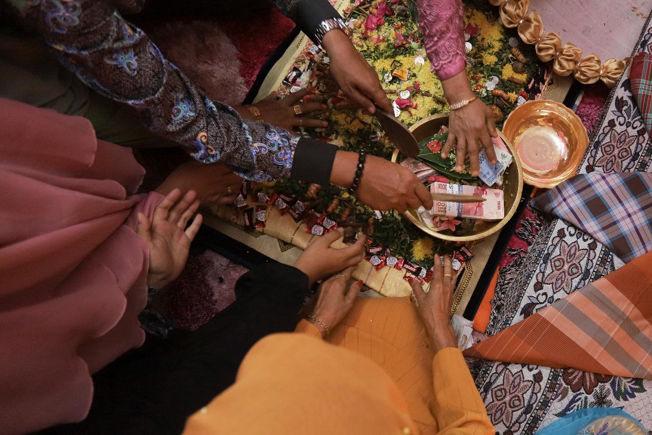 Uang Panai menjadi simbol penghargaan pihak laki-laki kepada pihak perempan yang dicintai. © Julian Somadewa/Shutterstock