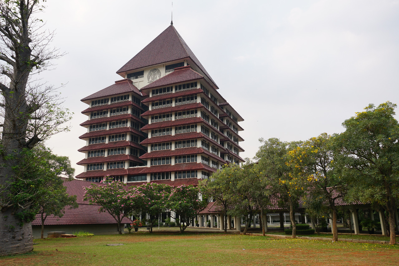 Halaman kampus Universitas Indonesia © Ipang Budianto/Shutterstock