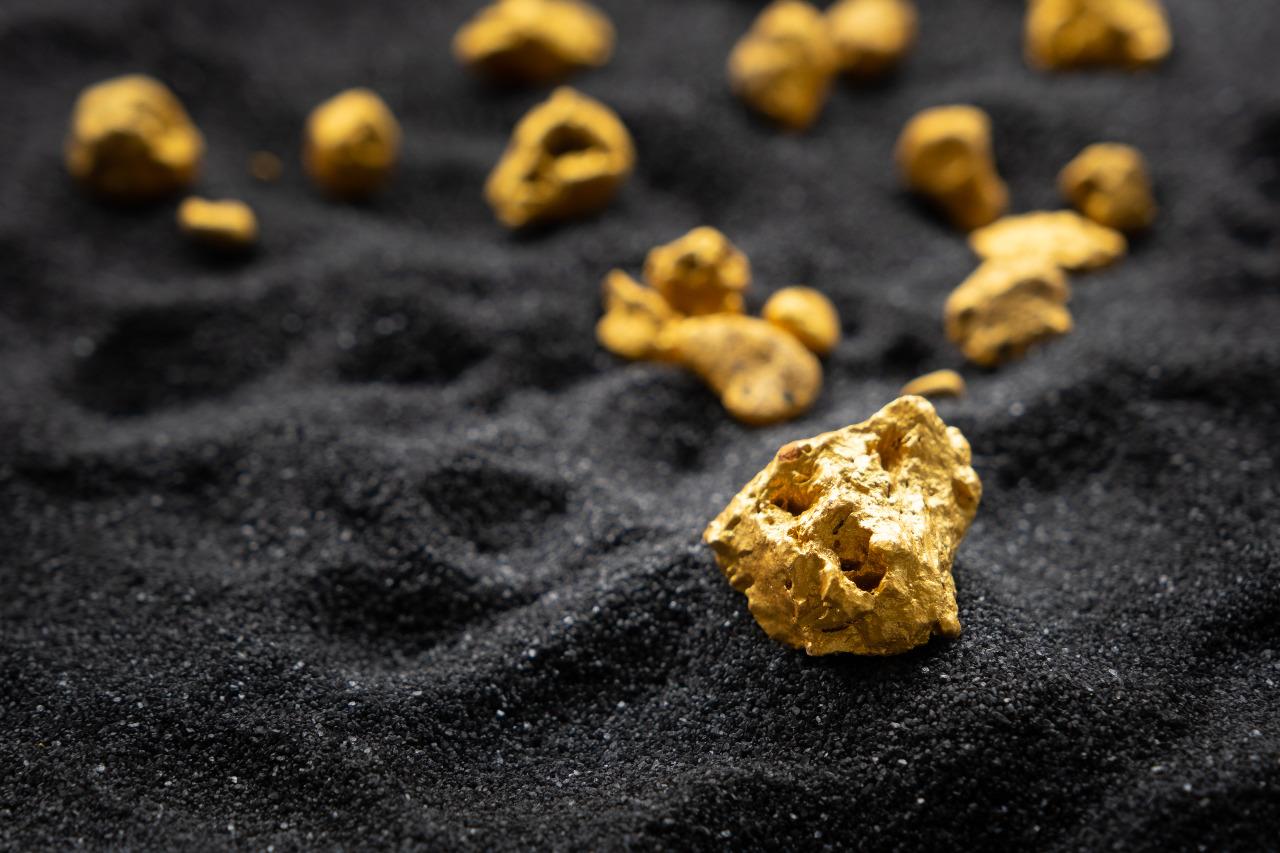 Biji emas, salah satu kekayaan yang terkandung di dalam perut bumi Kepulauan Sangihe | Panawit/Shutterstock