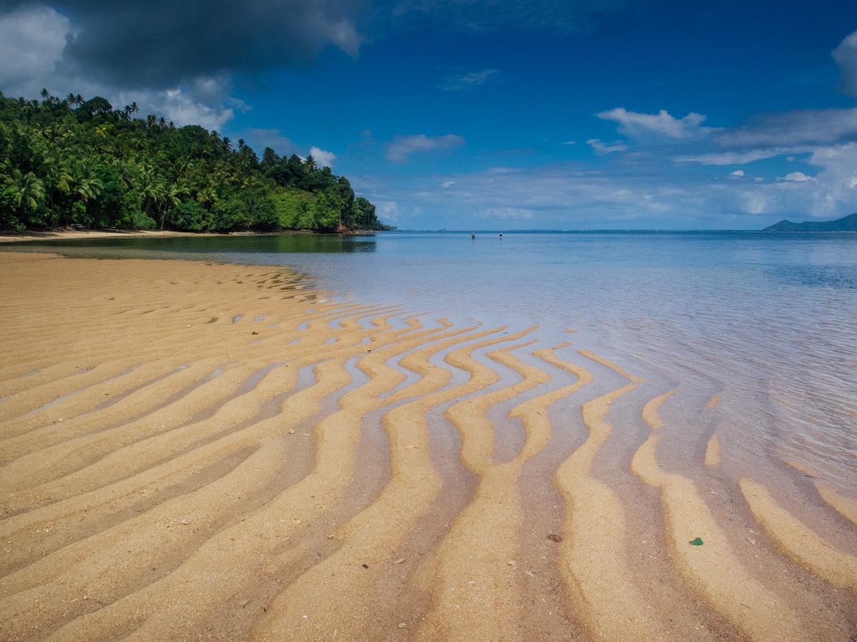 Pantai Embuhanga, pantai dengan pasir bergelombang yang ada di Kepulauan Sangihe | Fiqmal Rizky