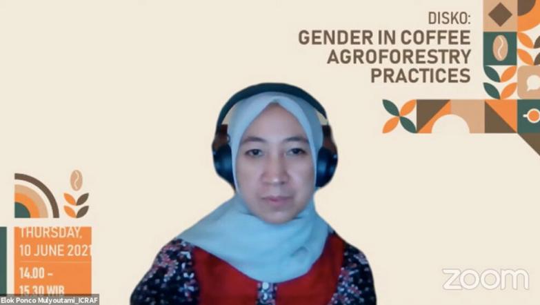 Elok Mulyutami dalam sebuah Webinar Gender dalam Praktik Agroforestri Kopi yang dilaksanakan pada Kamis (10/06/2021)