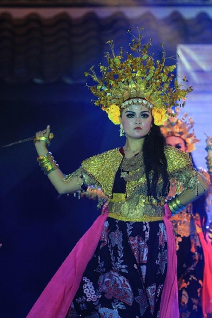 Penari Perempuan Siap Mengangkat Jari Telunjuknya | Foto: Indonesia Kaya