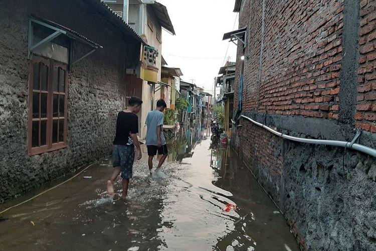 Banjir Rob di Kampung Nelayan Tambaklorok