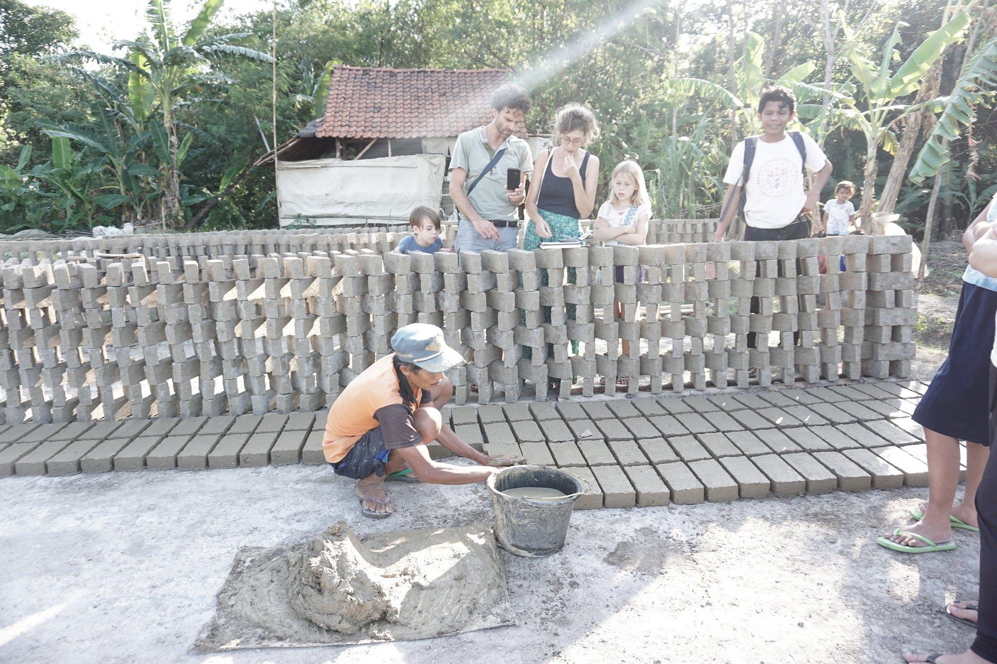 Pembuatan Bata oleh Perajin | Foto: jaf.art.blog